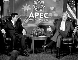 Джордж Буш настойчиво просит Китай повернуться к демократии передом