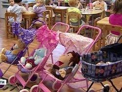 Трех воспитателей уволили за прогулку ребенка без обуви