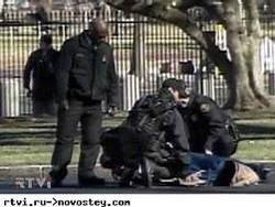 """""""Захватчики Уолл-Стрит"""" приковали себя цепями к дверям банка"""