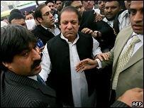 Экс-премьер Пакистана возвращается на родину