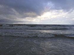В Финском заливе в сторону дамбы от Петербурга унесло лодку с детьми