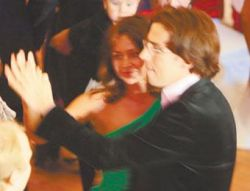 Максим Галкин на свадьбе брата развлекался с юной брюнеткой