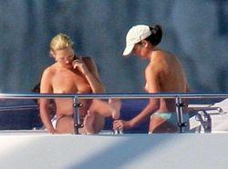 Кейт Мосс отдыхает топлес (фото)