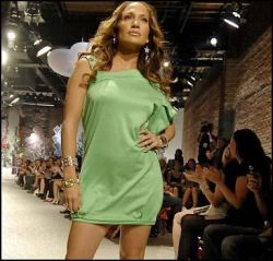 Репортаж с показа одежды от Джей Ло (фото)