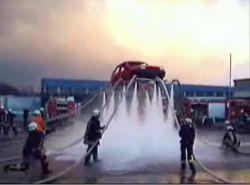 Пожарные подняли машину при помощи воды (видео)