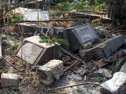 В Баку варварски уничтожается христианско-еврейское кладбище (фото)