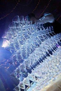 Бокалы для шампанского выстроили в 62 яруса (видео)