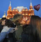 В Москве прошел несанкционированный митинг влюбленных