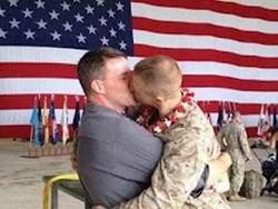 Солдаты геи целуются