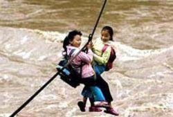 В Китае дети ходят в школу с помощью веревки и карабина