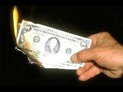 Население продолжает избавляться от наличных долларов