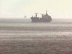 Терпящий бедствие в Охотском море траулер взят спасателями на буксир