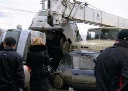 Автокран Краз снес разом 17 машин (фото)