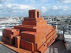 В центре Парижа неожиданно появился ленинский мавзолей