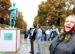 """Памятник Кучме утащили \""""люди в желтом\"""""""