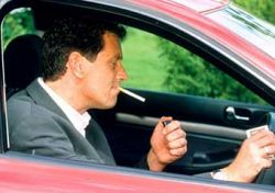 В Великобритании запрещено курить за рулем