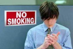 Запрет на курение поддерживают женщины и милиционеры