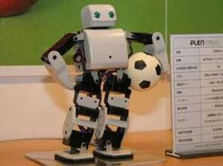 Робот научился играть в футбол