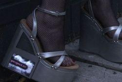 Дизайнеры из Лондона придумали туфли с телевизором для проституток (фото)