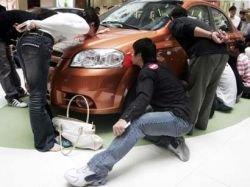 Китаянка выиграла машину, 24 часа покрывая ее поцелуями