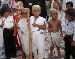 Индийские дети наряжаются в Ганди (фото)