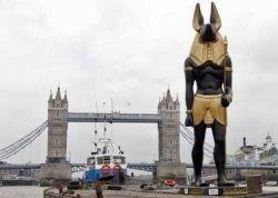 По Темзе плавает громадная статуя Анубиса (фото)