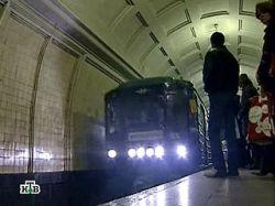 Двое мужчин упали на рельсы в московском метро