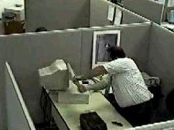 Японский офисный работник разбил 22 компьютера из-за коробки с мармеладом
