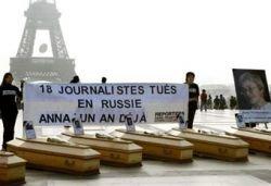 В память о Политковской в Париже выставили 18 гробов