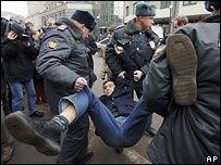Милиция разогнала поклонников Земфиры в центре Москвы