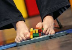 Финн собрал кубик Рубика ногами за 50 секунд (фото)