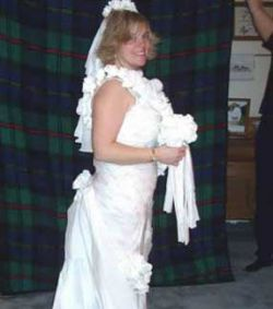 Невесты в платьях из туалетной бумаги (фото)