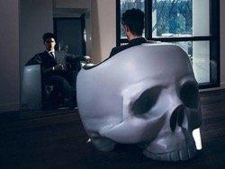 Французский дизайнер сделал кресло-череп