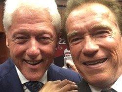 Шварценеггера и Клинтона пристыдили за селфи на похоронах Мохаммеда Али