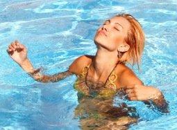 Ученые проинформировали, какие ужасающие болезни вызывает привычка мочиться в бассейне