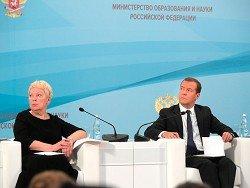 """Медведев назвал зарплаты учителей """"благопристойными"""""""