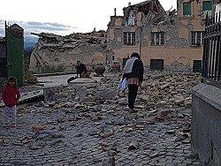 Землетрясения в Италии: город Аматриче в руинах, люди - под завалами