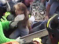 В Италии спасли находившуюся под завалами 17 часов девочку