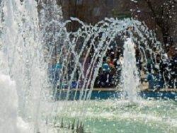 Очевидцы засняли пенсионерку, искупавшуюся голой в фонтане в Новороссийске: видео
