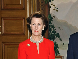 Королева Норвегии отправилась на прогулку с мигрантами в лес