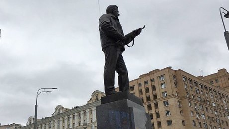С памятника Калашникову спилили схему немецкого автомата