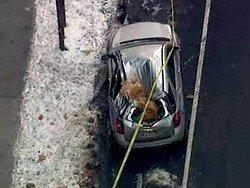 Упавшая с крыши глыба льда разбила автомобиль в Манхэттене