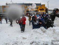 Военный избил ребенка за попавший в джип снежок