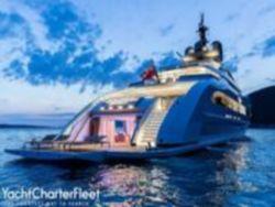 Новая яхта Алекперова: хрустальная лестница, лифт и гидроциклы с колесами