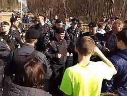 """Полиция задержала около 10 активистов, перекрывших дорогу к полигону """"Ядрово"""""""