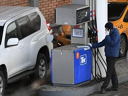 Опрос: 18% семей стали реже пользоваться автомобилями из-за цен на бензин
