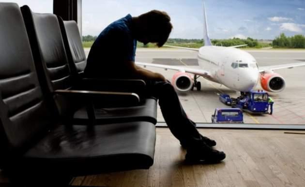 """Без воды и еды: украинцам массово отменяют рейсы и устраивают """"пытки"""" в аэропортах"""