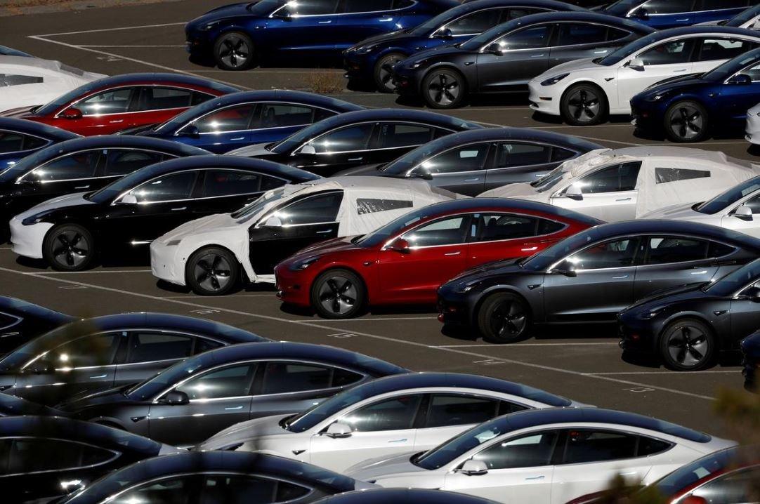 Владельцы Tesla протестуют против резкого снижения цен
