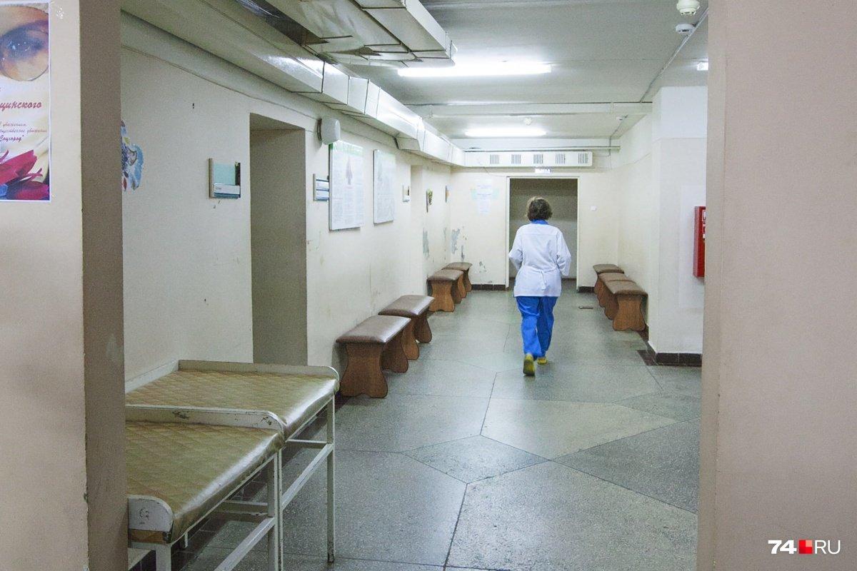 «Умер на лавочке в коридоре»: следователи выясняют причину смерти ветерана