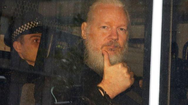 Викиликс и Ассанж помогут Трампу в борьбе против «глубинного государства»